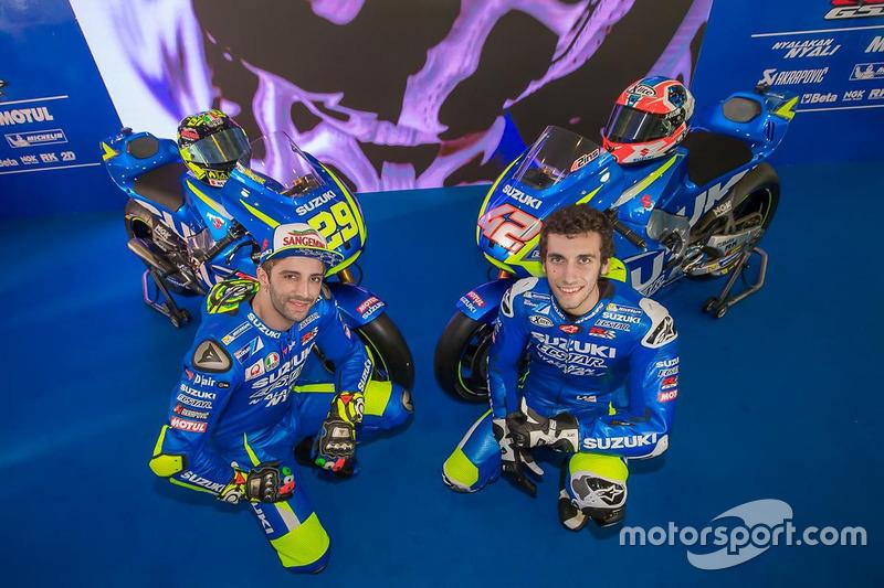 Andrea Iannone en Alex Rins met de 2017 Suzuki MotoGP