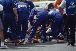 Il personale medico presta soccorso a Martin Donnelly, Team Lotus, dopo un tremendo incidente