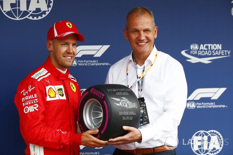 Sebastian Vettel, Ferrari, riceve il Pirelli pole position award