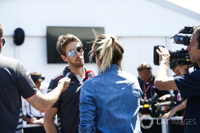Romain Grosjean, Haas F1 Team, parla con una reporter