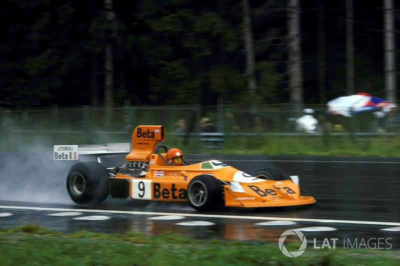 Их главными преследователями неожиданно стали Патрик Депайе на Tyrrell 007 и Витторио Брамбилла за рулем оранжевой March 751, начинавшие гонку с четвертого ряда. Уже немолодой итальянец, прозванный журналистами «Гориллой из Монцы», на пятом круге прошел испытывающего проблемы с балансом передних колес Депайе и устремился в погоню за Хантом и Лаудой, прекрасно контролируя машину на мокрой трассе