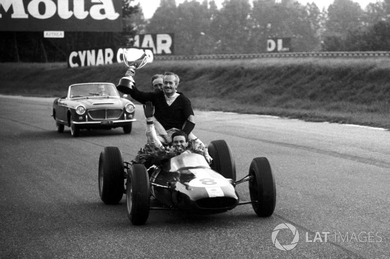 Grand Prix d'Italie 1963 : le Champion du monde Jim Clark avec Colin Chapman