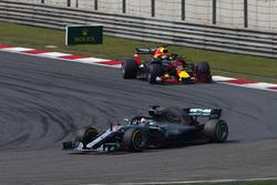 Lewis Hamilton, Mercedes AMG F1 W09, devant Daniel Ricciardo, Red Bull Racing RB14 Tag Heuer