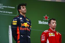 Il vincitore della gara Daniel Ricciardo, Red Bull Racing, il terzo classificato Kimi Raikkonen, Ferrari