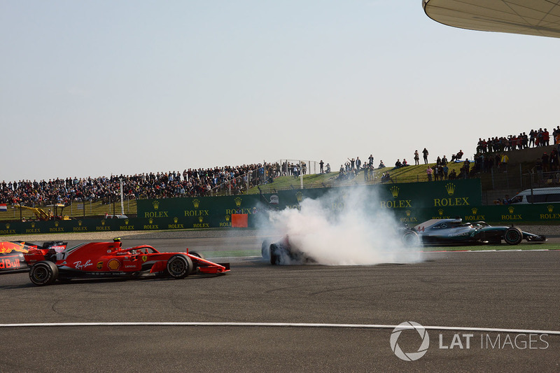 Accrochage entre Max Verstappen, Red Bull Racing RB14 et Sebastian Vettel, Ferrari SF71H alors que Kimi Raikkonen, Ferrari SF71H et Lewis Hamilton, Mercedes-AMG F1 W09 EQ Power+ passent