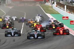 Partenza: Lewis Hamilton, Mercedes AMG F1 W09, precede Valtteri Bottas, Mercedes AMG F1 W09, Sebastian Vettel, Ferrari SF71H, Kimi Raikkonen, Ferrari SF71H, Max Verstappen, Red Bull Racing RB14 e il resto del gruppo