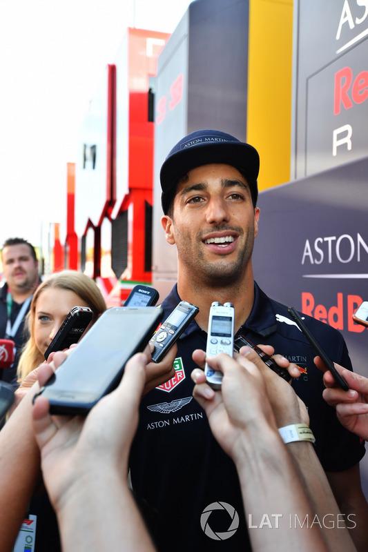 Daniel Ricciardo, Red Bull Racing, habla con los medios