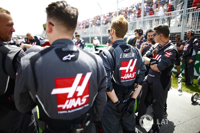 Haas F1 engineers on the grid