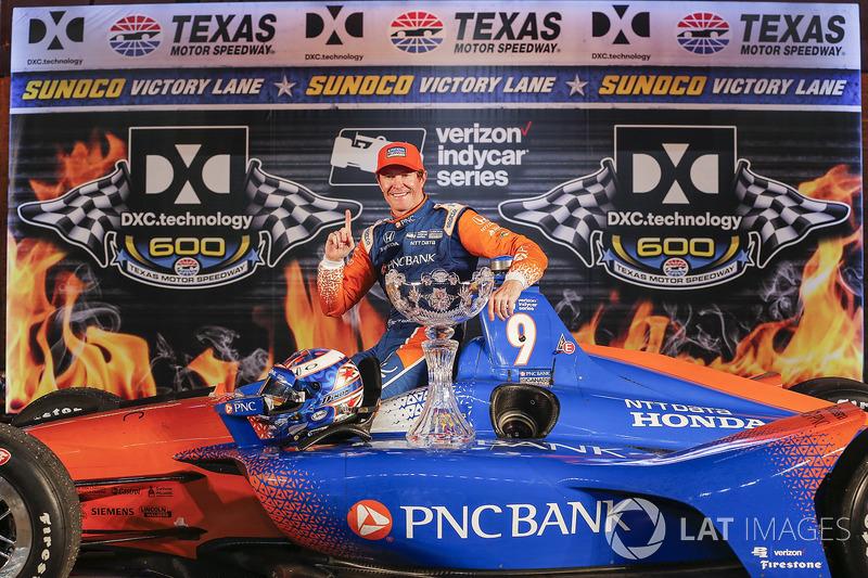 Scott Dixon, Chip Ganassi Racing Honda fête sa victoire sur la Victory Lane