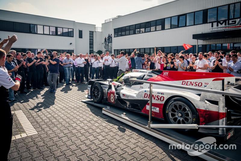 Автомобиль Toyota TS050 Hybrid (№8) команды Toyota Gazoo Racing: экипаж Себастьена Буэми, Казуки Накаджимы и Фернандо Алонсо