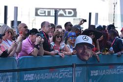 Des fans dans la voie des stands