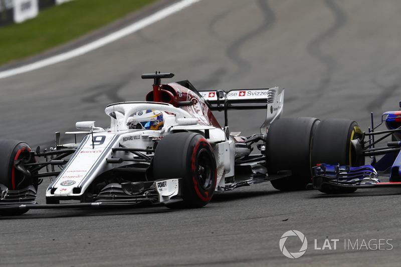 Marcus Ericsson, Sauber C37, passes Brendon Hartley, Toro Rosso STR13