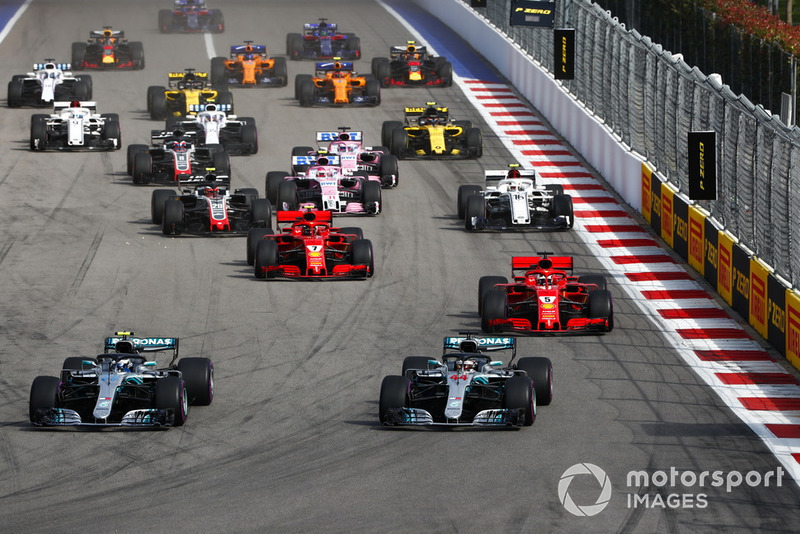 Start: Valtteri Bottas, Mercedes AMG F1 W09 lider, Lewis Hamilton, Mercedes AMG F1 W09, ve Sebastian Vettel, Ferrari SF71H