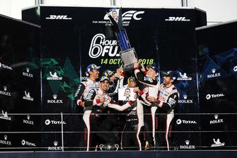Podio LMP1: los ganadores Mike Conway, Kamui Kobayashi, Jose Maria Lopez, Toyota Gazoo Racing, y los segundos Sebastien Buemi, Kazuki Nakajima, Fernando Alonso, Toyota Gazoo Racing