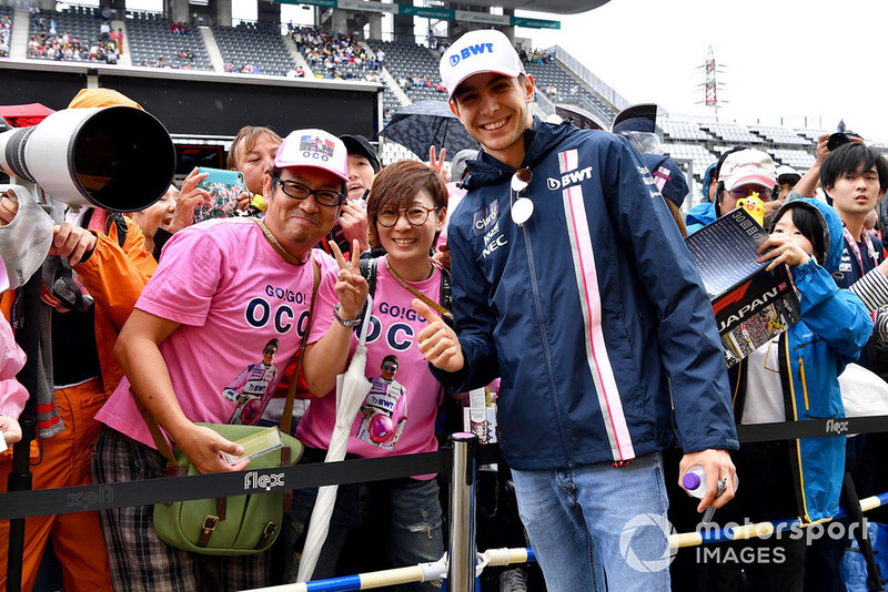 Esteban Ocon, Racing Point Force India F1 Team akes photgraph with fans