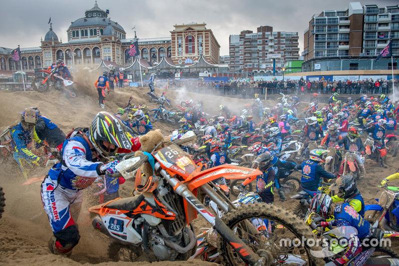 Coureurs zwoegen op het strand van Scheveningen