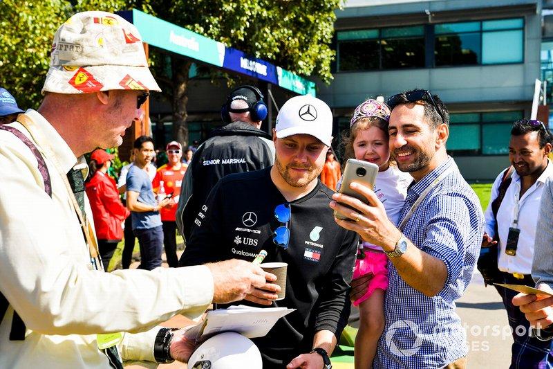 Valtteri Bottas, Mercedes AMG F1, firma autografi ai tifosi