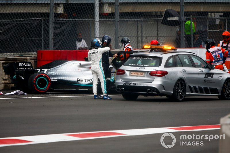 Valtteri Bottas, Mercedes AMG F1 getting into the medical car after crashing in qualifying