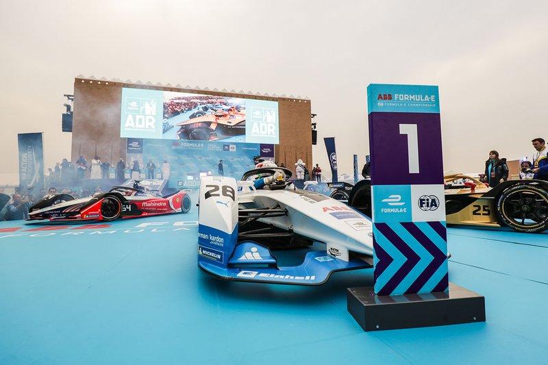Le monoposto dei primi tre classificati Antonio Felix da Costa, BMW I Andretti Motorsports, BMW iFE.18, Jean-Eric Vergne, DS TECHEETAH, DS E-Tense FE19, Jérôme d'Ambrosio, Mahindra Racing, M5 Electro, davanti al podio