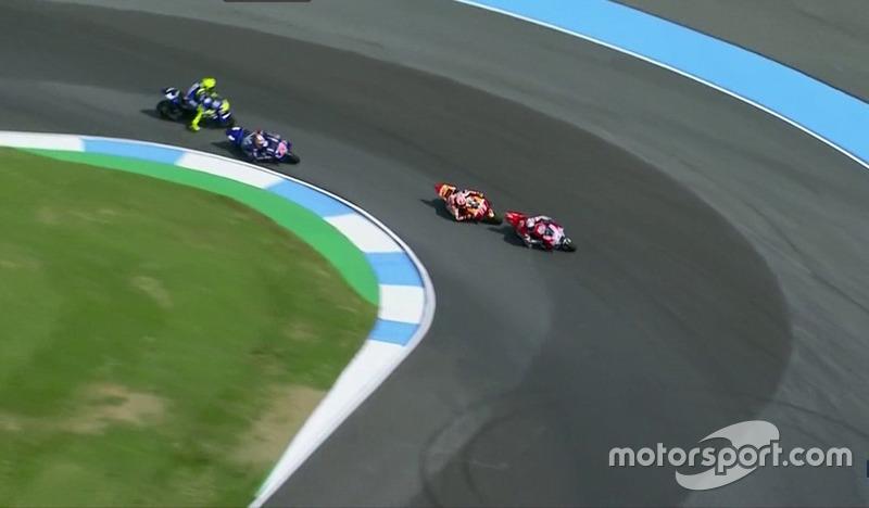 Valentino Rossi in lotta con Viñales, mentre Marc Marquez e Andrea Dovizioso affrontano l'ultima curva (Screenshot MovistarTV)