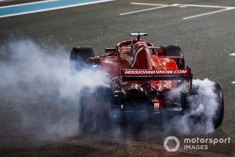 Sebastian Vettel, Ferrari SF71H, fait des donuts après la course