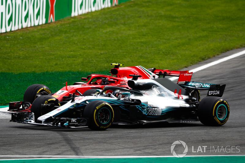 Lewis Hamilton, Mercedes AMG F1 W09, pasa a Kimi Raikkonen, Ferrari SF71H