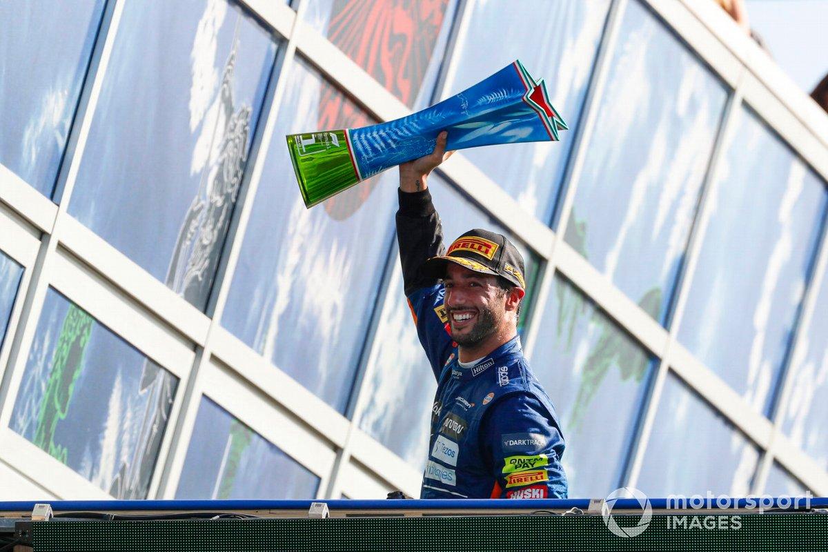 Daniel Ricciardo, McLaren, primo posto, con il trofeo