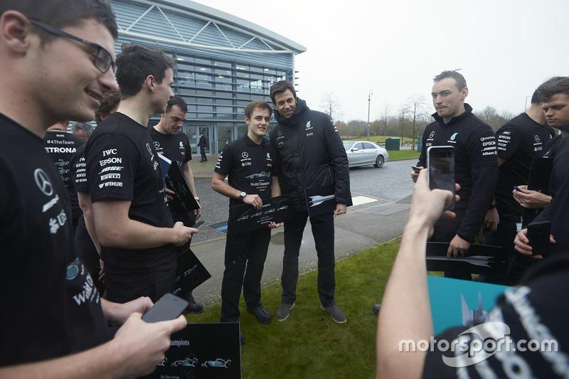 Тото Вольф, исполнительный директор Mercedes AMG F1, сотрудники команды