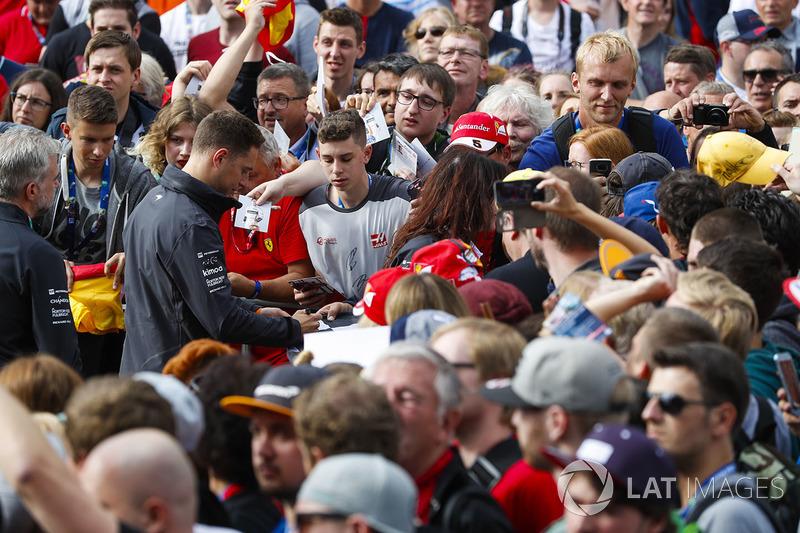 Stoffel Vandoorne, McLaren, firma autógrafos para los fans