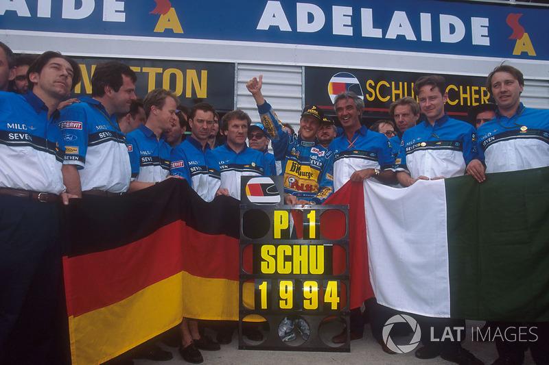 Michael Schumacher, Flavio Briatore, Tom Walkinshaw ve Benetton takımı ile şampiyonluğu kutluyor