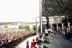 Membri del team Haas F1sul palco della F1