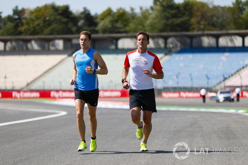 Stoffel Vandoorne, McLaren, fa jogging lungo il circuito, con il suo preparatore