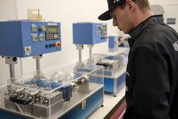 Max Verstappen kendi özel serisinin üretimini başlatmak için TAG Heuer fabrikasında
