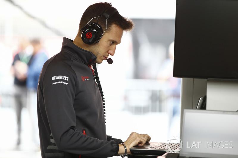 Un miembro del equipo de Haas en el trabajo en el garaje del equipo