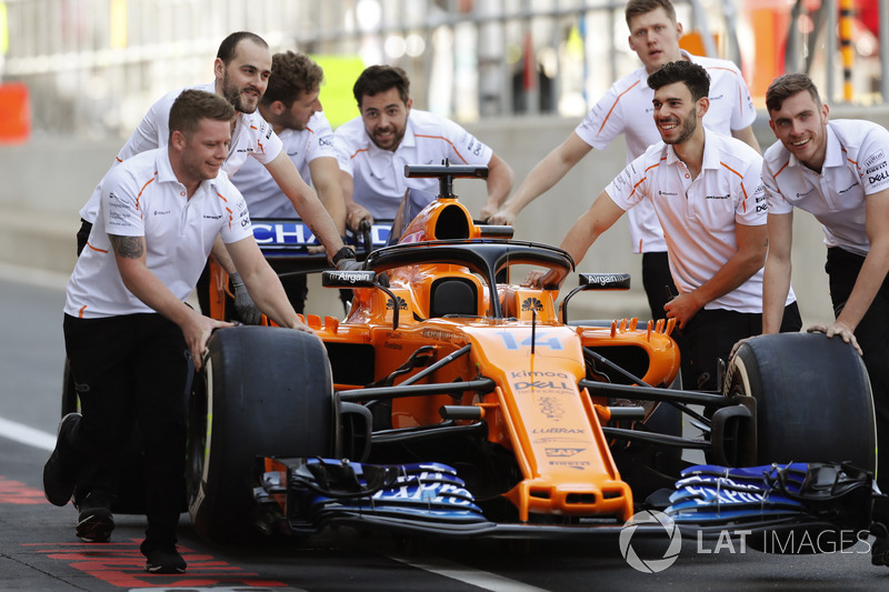 Mecánicos con el coche de Fernando Alonso, McLaren MCL33