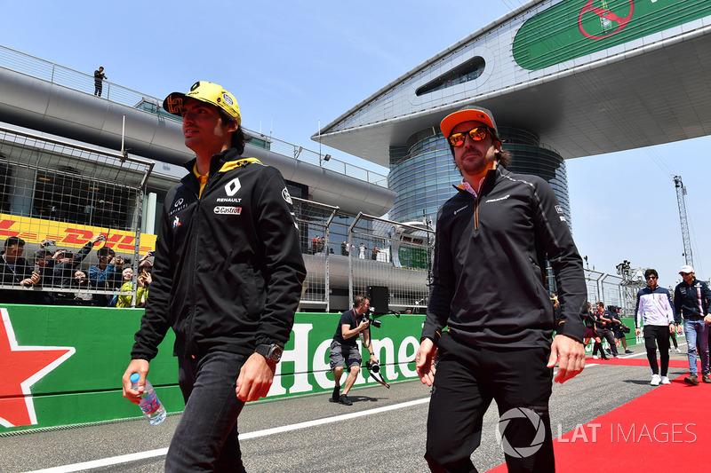 Carlos Sainz Jr., Renault Sport F1 Team y Fernando Alonso, McLaren en el desfile de pilotos