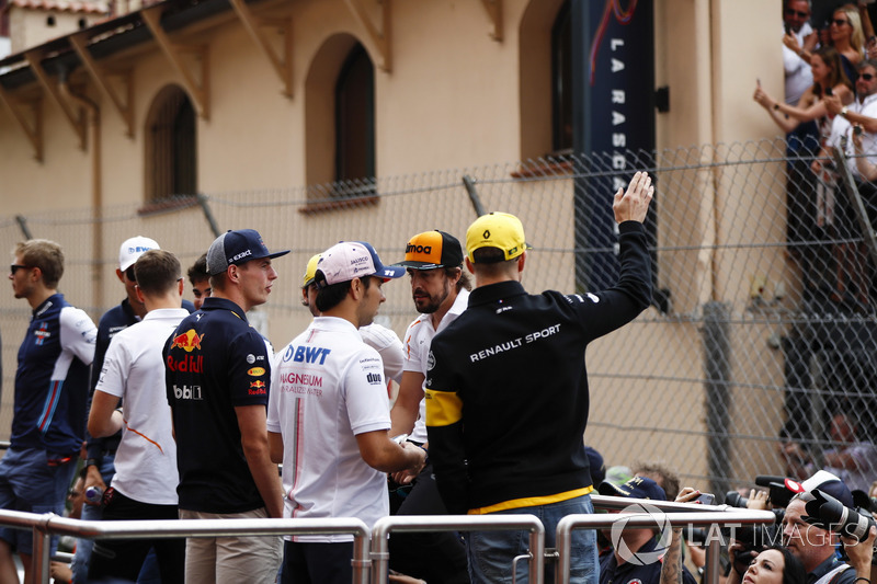 Nico Hulkenberg, Renault Sport F1 Team, salue les fans lors de la parade des pilotes, Sergio Perez, Force India, Max Verstappen, Red Bull Racing, Carlos Sainz Jr., Renault Sport F1 Team, Fernando Alonso, McLaren, Lance Stroll, Williams Racing, Stoffel Vand