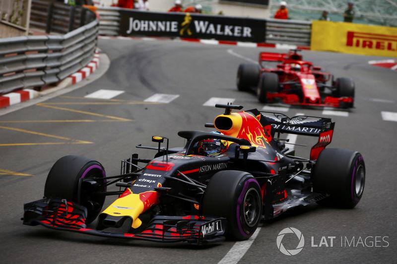 Daniel Ricciardo, Red Bull Racing RB14, lidera a Sebastian Vettel, Ferrari SF71H