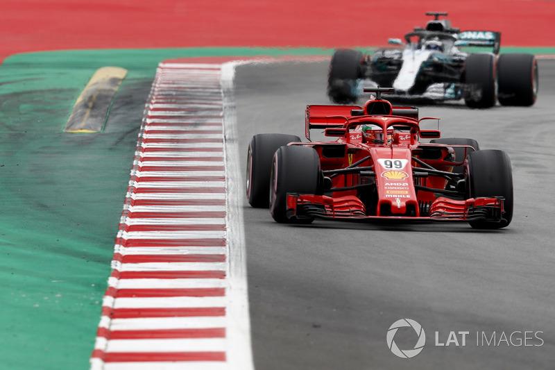Antonio Giovinazzi, Ferrari SF71H, precede Valtteri Bottas, Mercedes AMG F1 W09