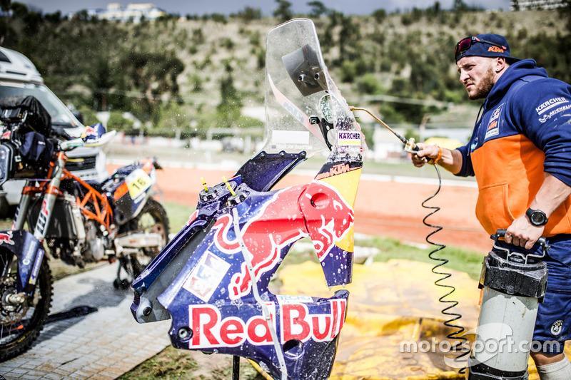 Mechanic of #16 Red Bull KTM Factory Racing: Matthias Walkner