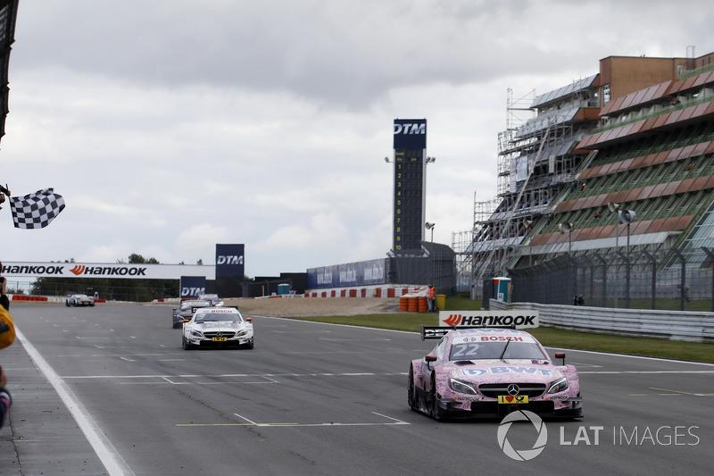 Bandera a cuadros para Lucas Auer, Mercedes-AMG Team HWA, Mercedes-AMG C63 DTM