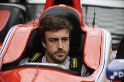 فرناندو ألونسو داخل سيارة ماركو أندريتي
