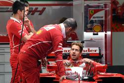 Sebastian Vettel, Ferrari SF70H, con escudo de la cabina