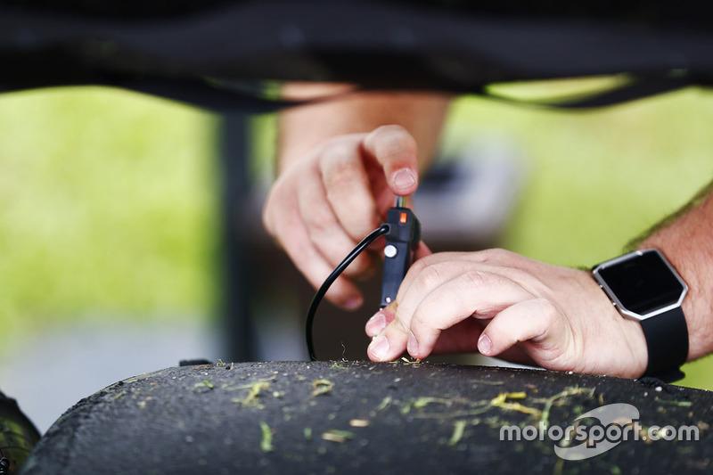 Ein Ingenieur von Pirelli nimmt Daten vom Reifen auf
