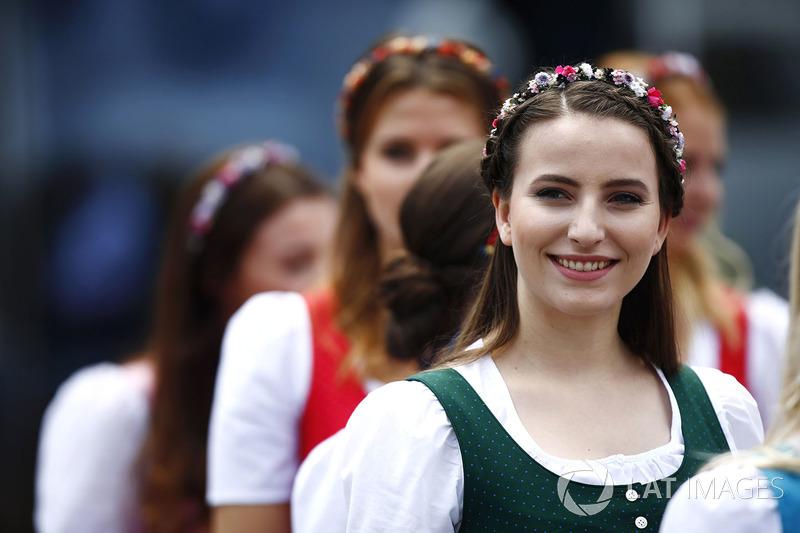 Австрійські дівчата у національному вбранні