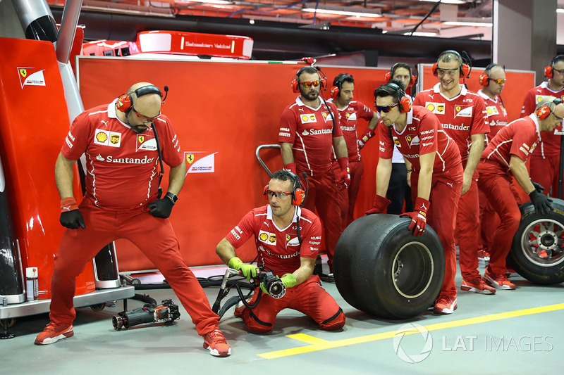Ferrari mechanis during pit stop practice