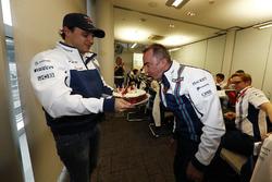 Paddy Lowe, Williams, souffle les bougies de son gâteau d'anniversaire offert par Felipe Massa, Williams, et l'équipe Williams