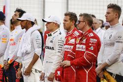 Daniel Ricciardo, Red Bull Racing, Lewis Hamilton, Mercedes AMG, Valtteri Bottas, Mercedes AMG, Sebastian Vettel, Ferrari, Kimi Raikkonen, Ferrari, et Nico Hulkenberg, Renault Sport F1 Team, assistent à l'hymne national