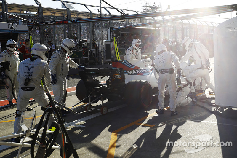 Lance Stroll, Williams, se retira de la carrera en el pit lane