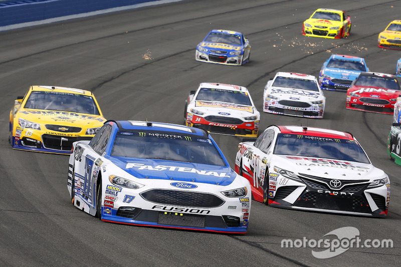 Denny Hamlin, Joe Gibbs Racing, Toyota; Ricky Stenhouse Jr., Roush Fenway Racing, Ford